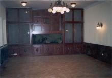 Fa bútor készítés - Tölgyfából készült beépített szekrény (faragott kivitel)             akváriummal, falburkolattal, homokfújt üveggel.             (ügyvédi iroda)
