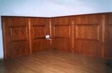 Előszoba falburkolat és szekrény - Cseresznyefából készült falburkolat