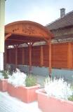 Előszoba falburkolat és szekrény - Vörösfenyőből készült kocsibeálló és kerítés