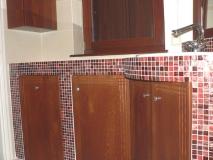 Fa fürdőszoba bútor gyártás - Füdőszoba bútor fenyőfából mozaikkal kombinálva dióbarnára pácolva