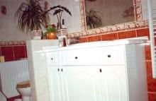 Fa fürdőszoba bútor gyártás - Fehér fürdőszoba szekrény