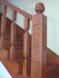 Falépcső készítés - Egyfordulós faragott tölgy lépcső Angol cseresznye színben