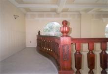 Falépcső készítés - Tölgyből készült íves lépcső klasszicista stílus,betonra szerelve.